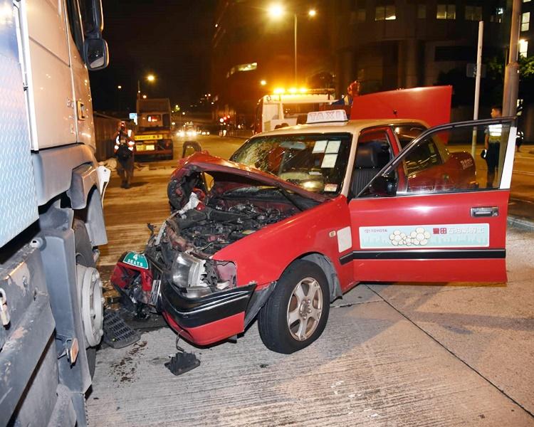的士車頭撞毀。