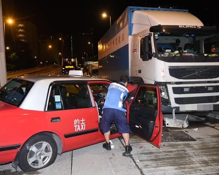 的士越過對面線,撞向泊於路旁一輛中港牌重型貨車。