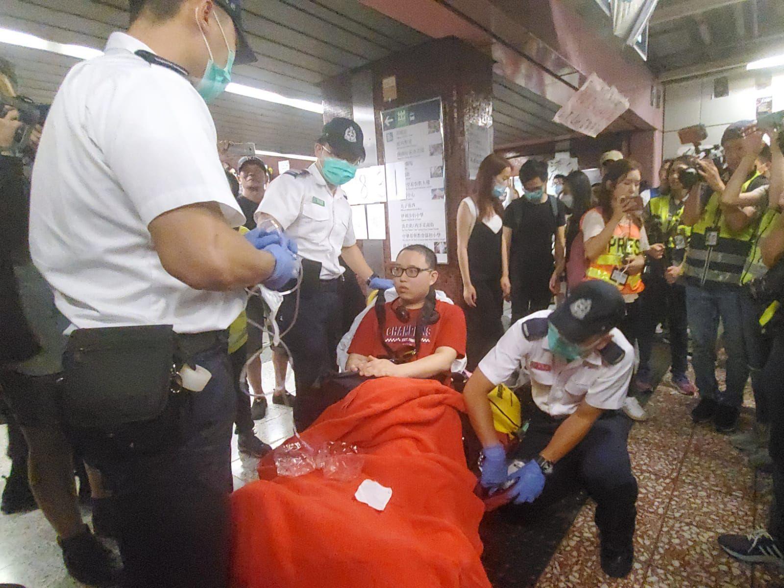 一名在場男子不適,由救護員將他送院治理。