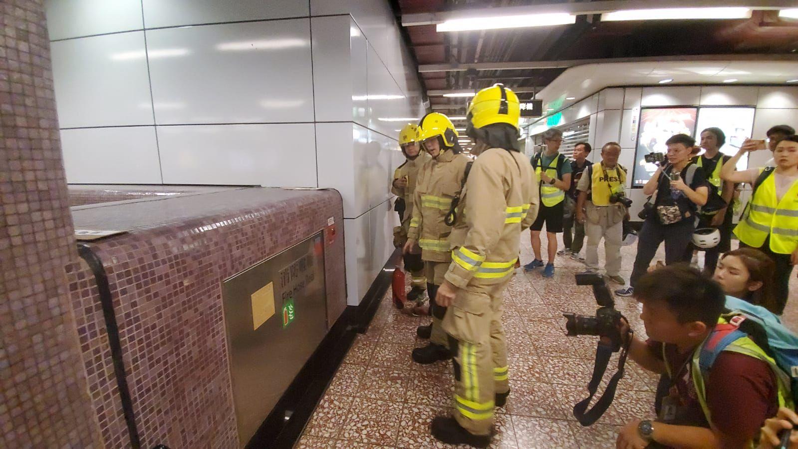 消防員檢查站內的消防系統。