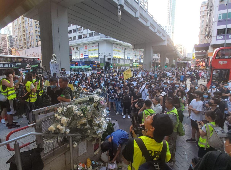 示威者轉到站外聚集