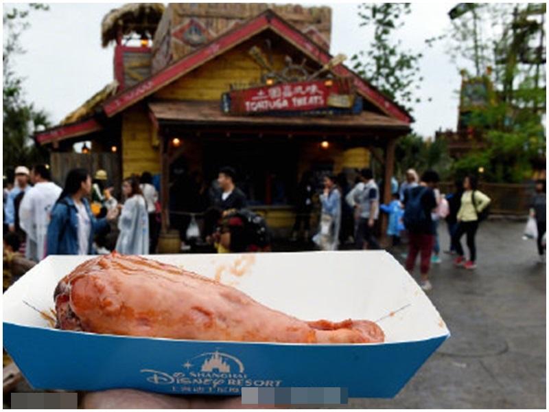 上海迪士尼要進行「搜袋」行爲才可進入園內備受爭議。網圖