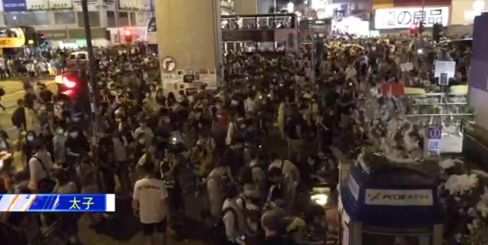 大批示威者走出彌敦道行車線 。NOW新聞截圖