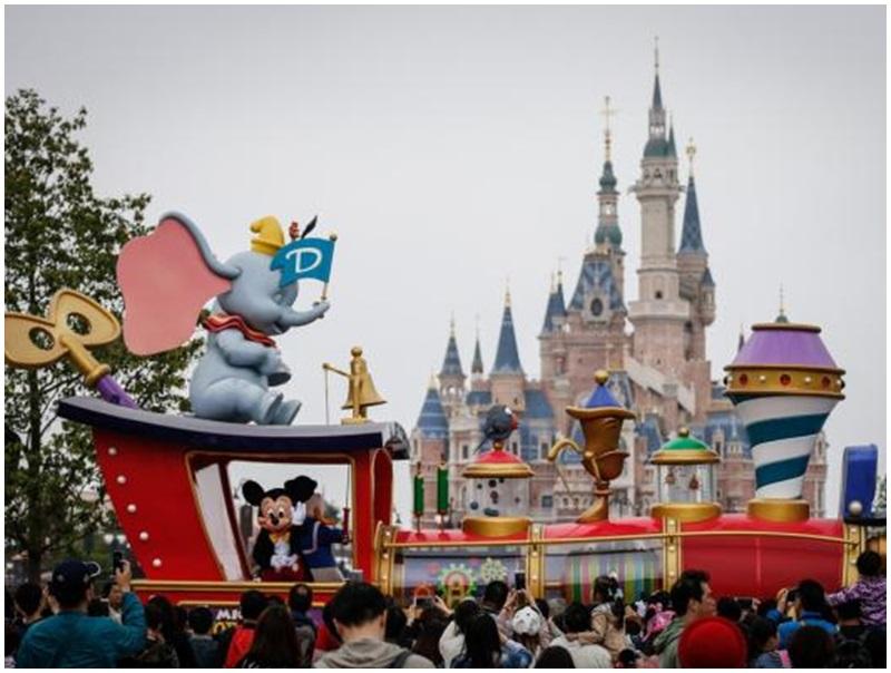 上海迪士尼不敵輿論壓力「跪低」, 將放寬遊客外帶食物政策。網圖