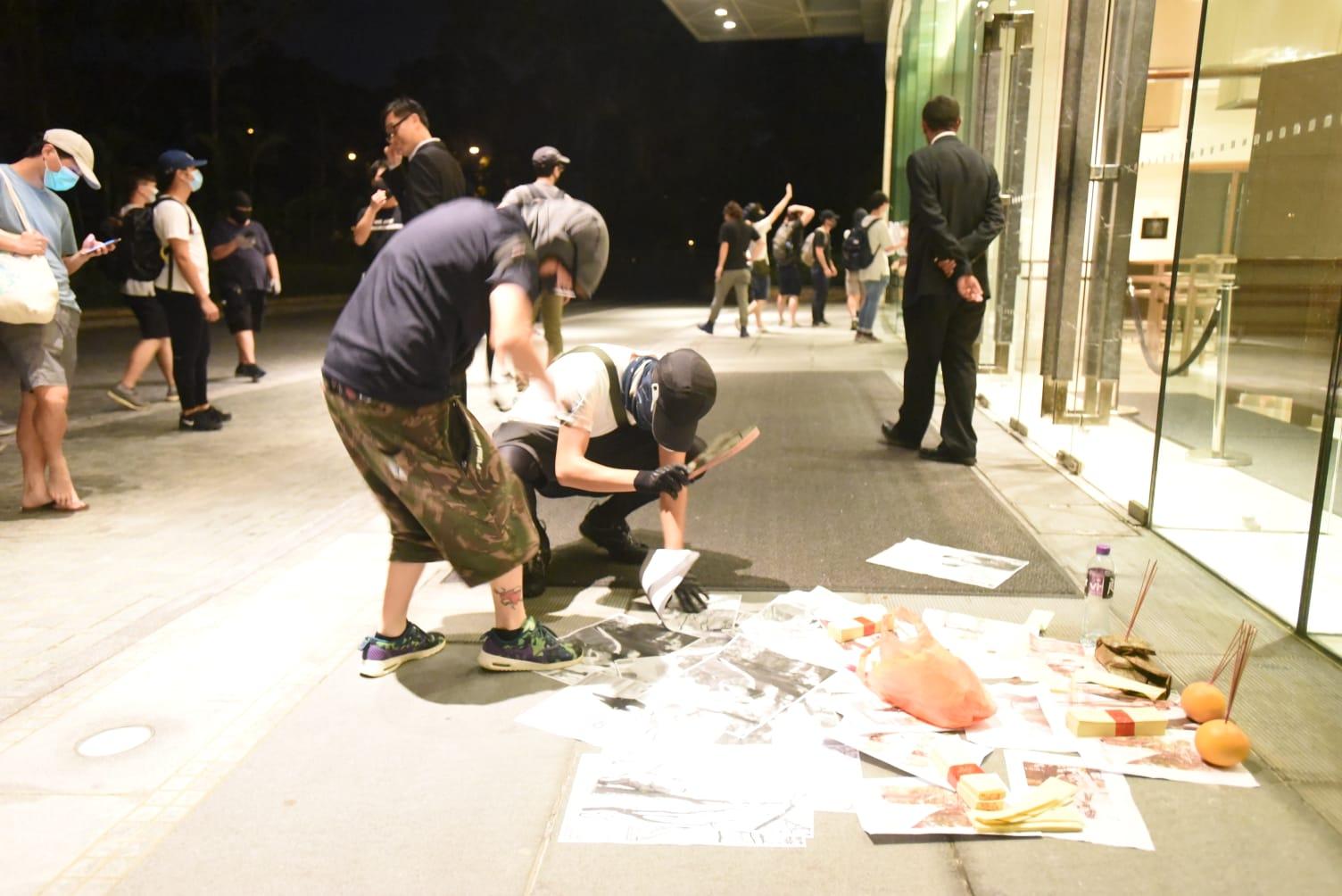 示威者在酒店灑溪錢插香燭