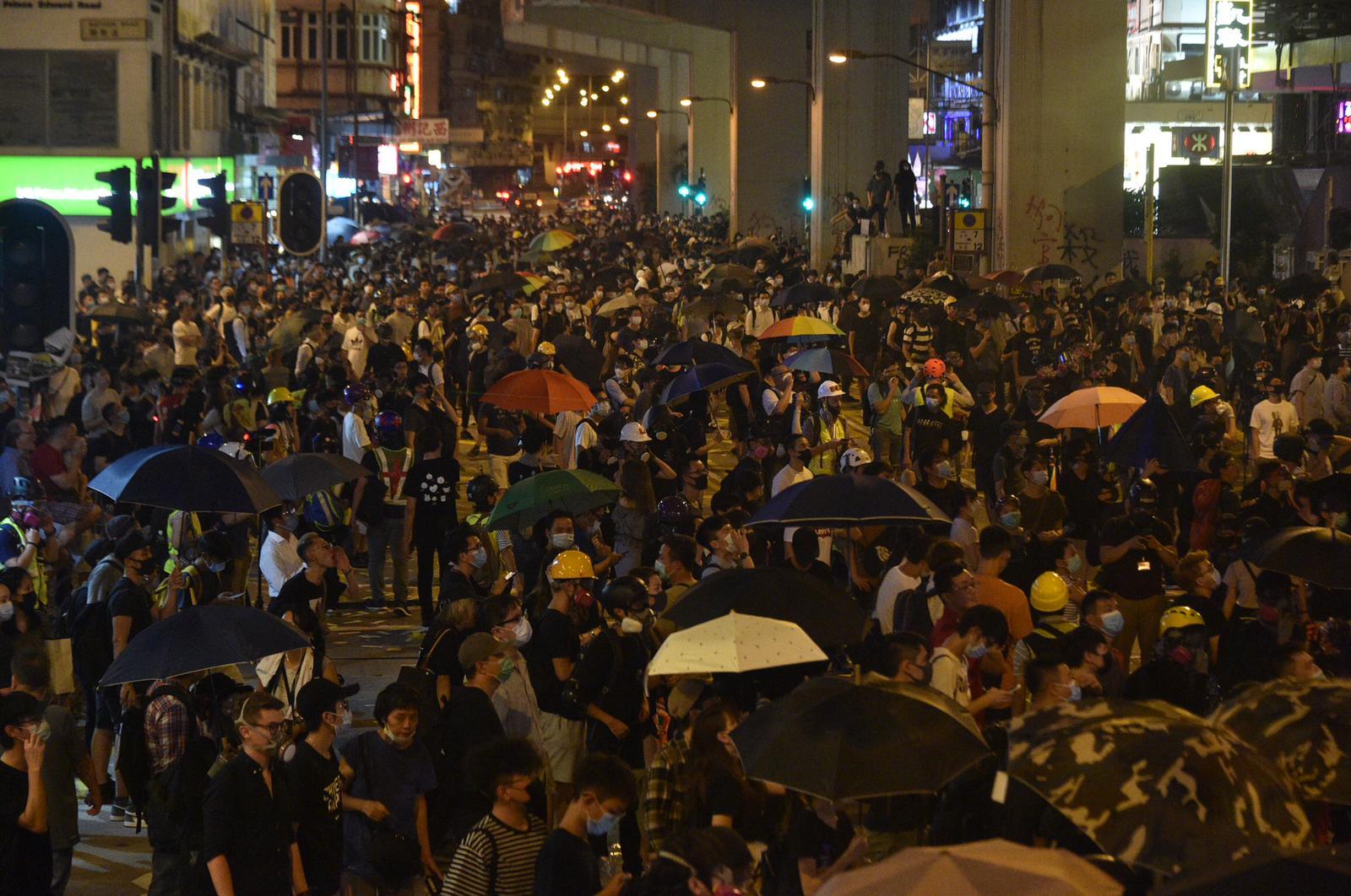 示威者包圍旺角警署