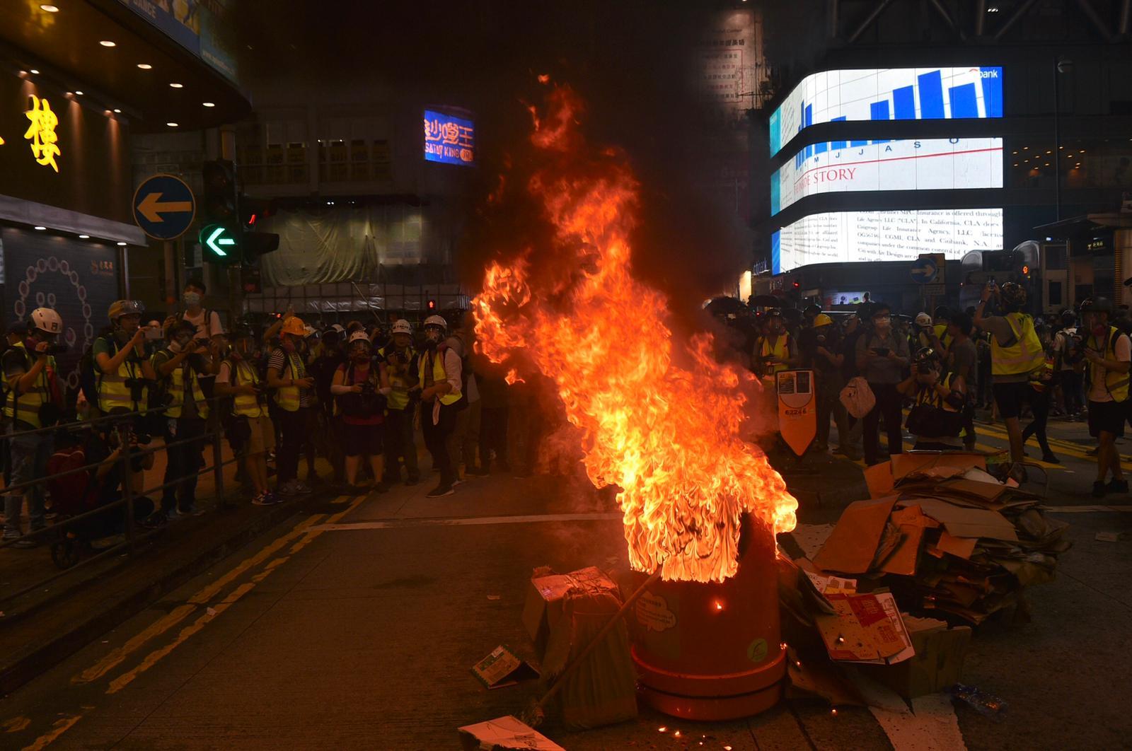 示威者在旺角多處縱火。
