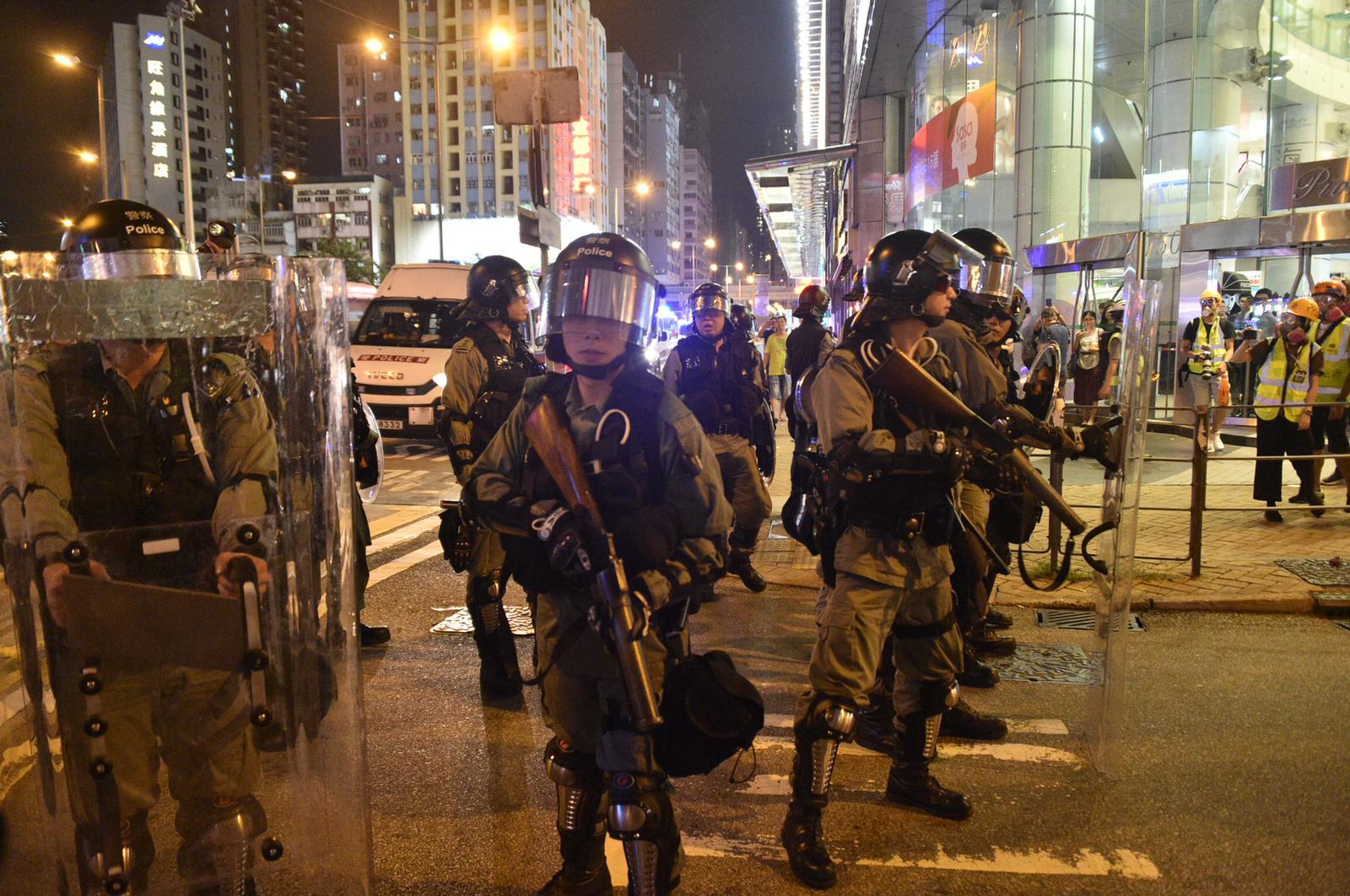 防暴警察驅散。