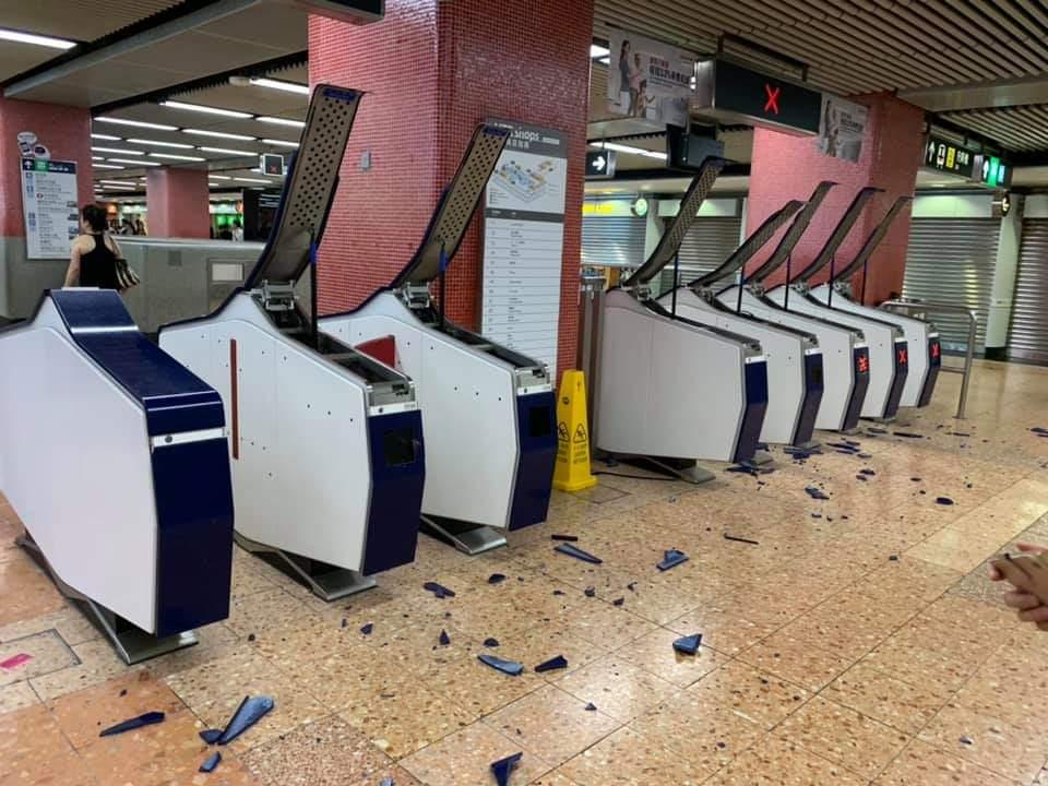 旺角站設施遭人破壞。港鐵提供相片