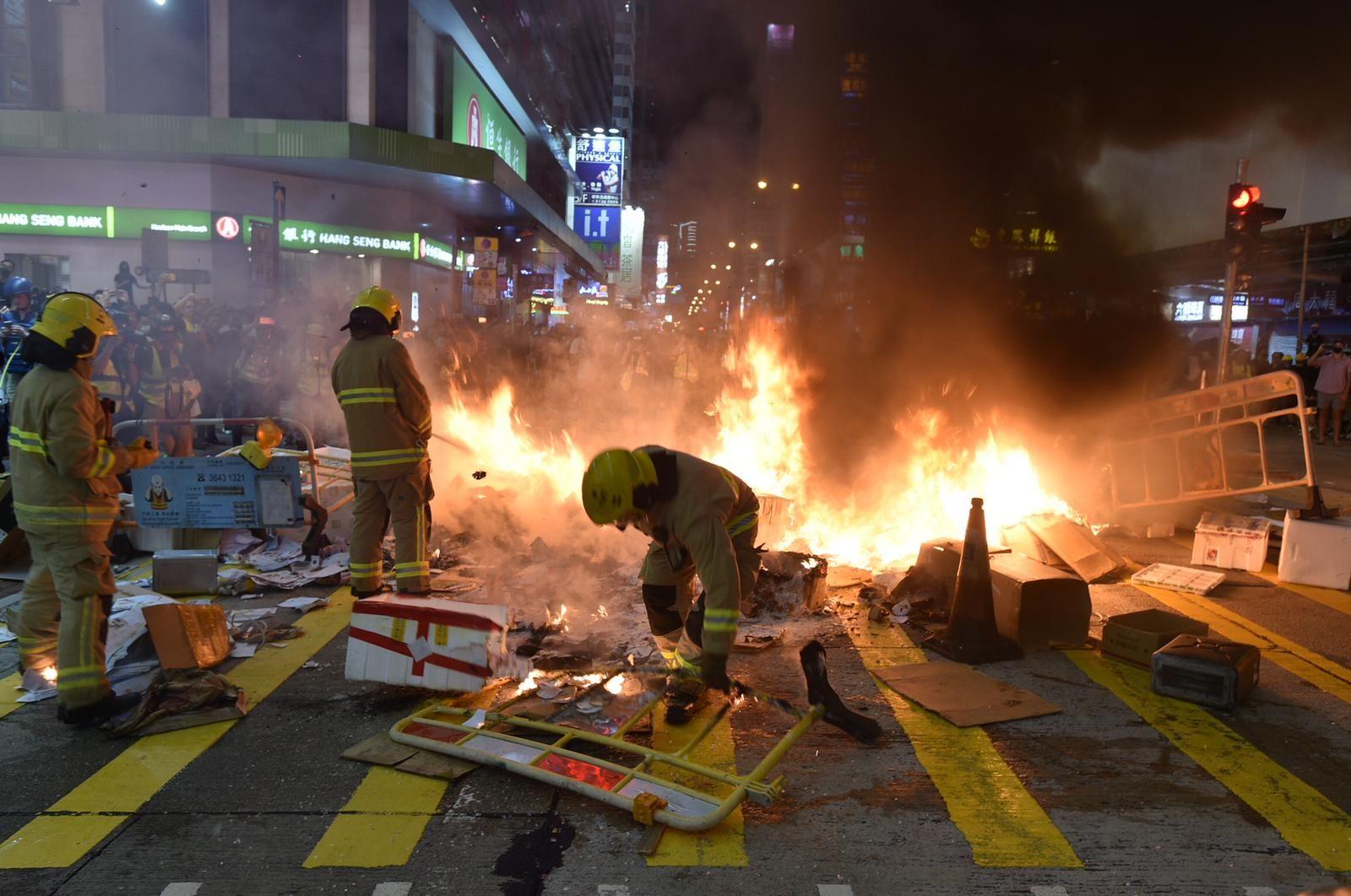 【修例風波】旺角站入閘機被破壞 示威者彌敦道近山東街交界再縱火