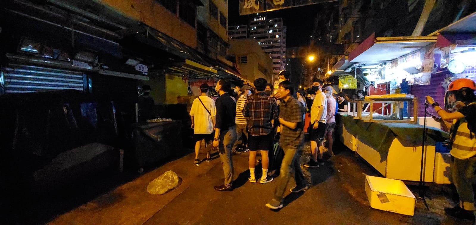 旺角街市附近有人疑持菜刀襲擊示威者。