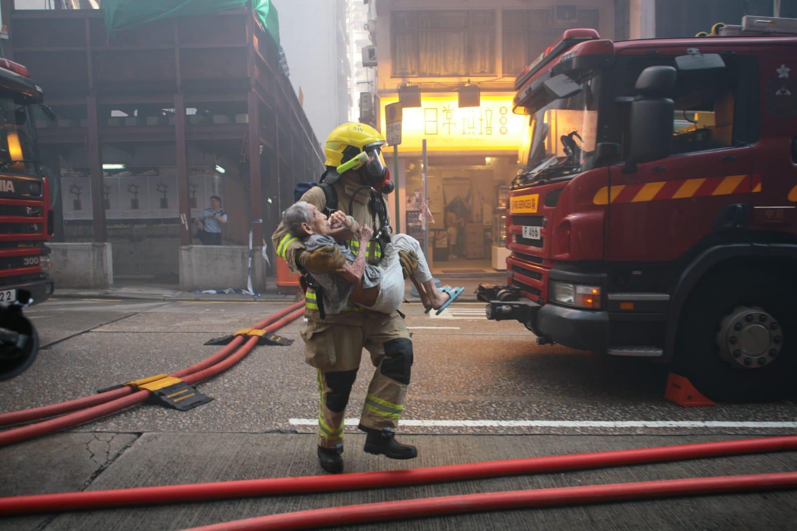 消防員救出一名男子。
