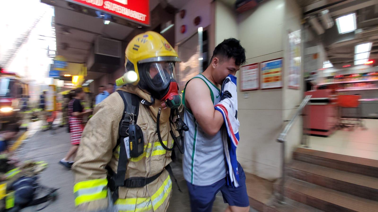 消防協助居民疏散。