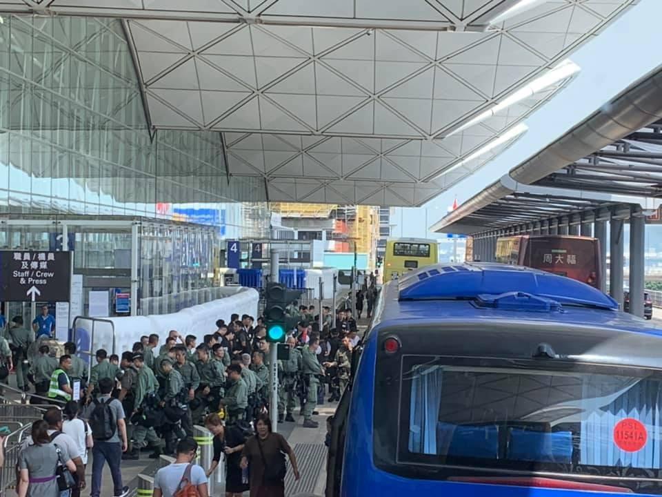 多名防暴警察亦在場戒備。網民JoJo Chan