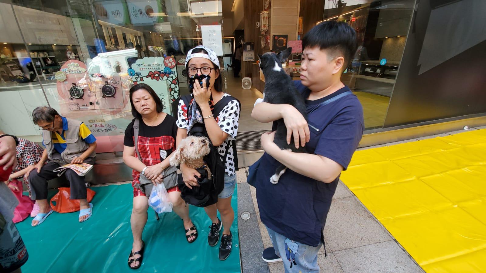 岑小姐(中)與家人抱著兩頭愛犬逃生。
