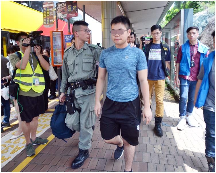 有乘客(前,藍衣)帶同面罩而被警方拘捕。
