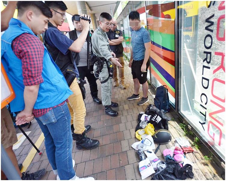 有乘客(右)帶同面罩而被警方拘捕。