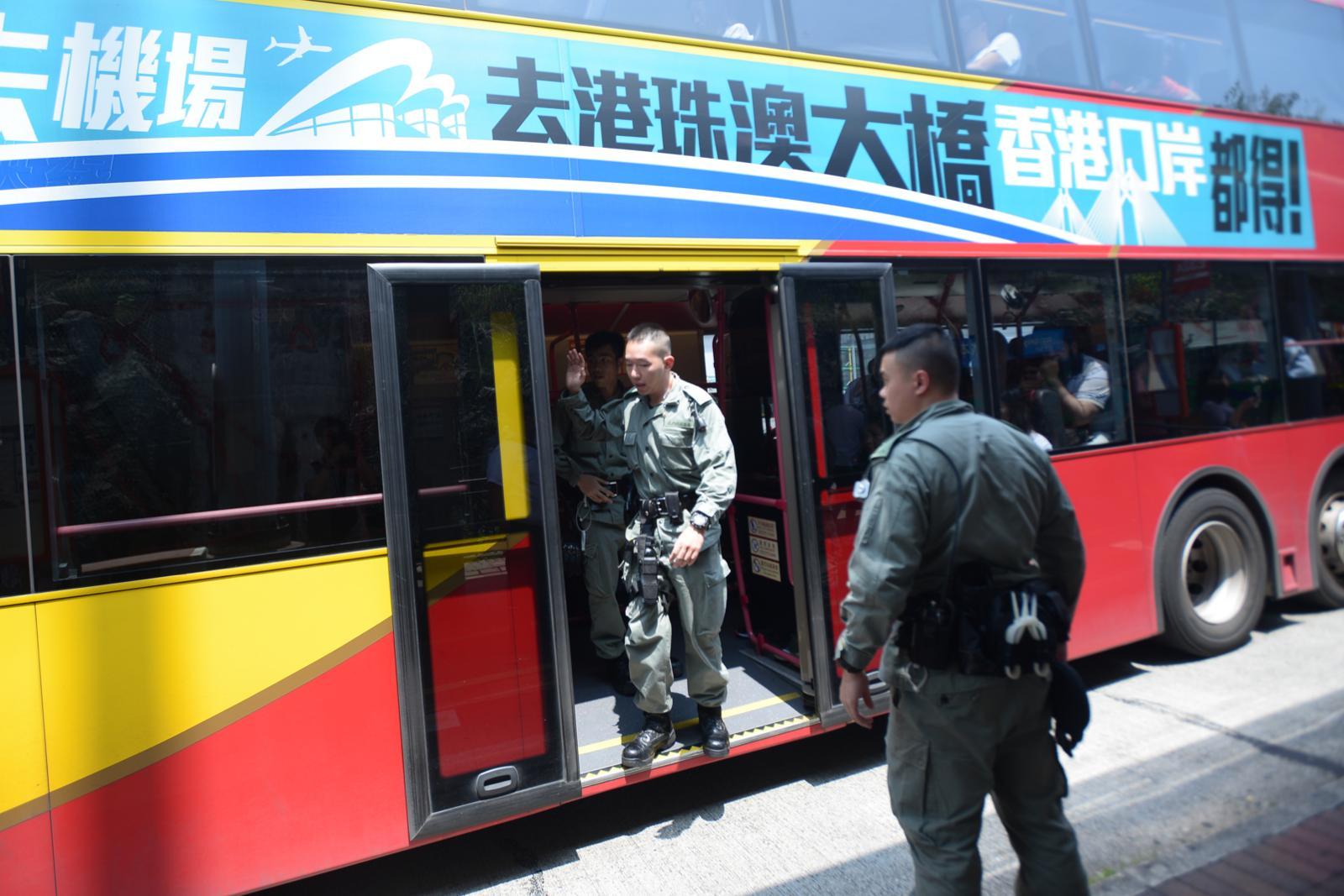 警員於青馬收費廣場截查前往機場的巴士。