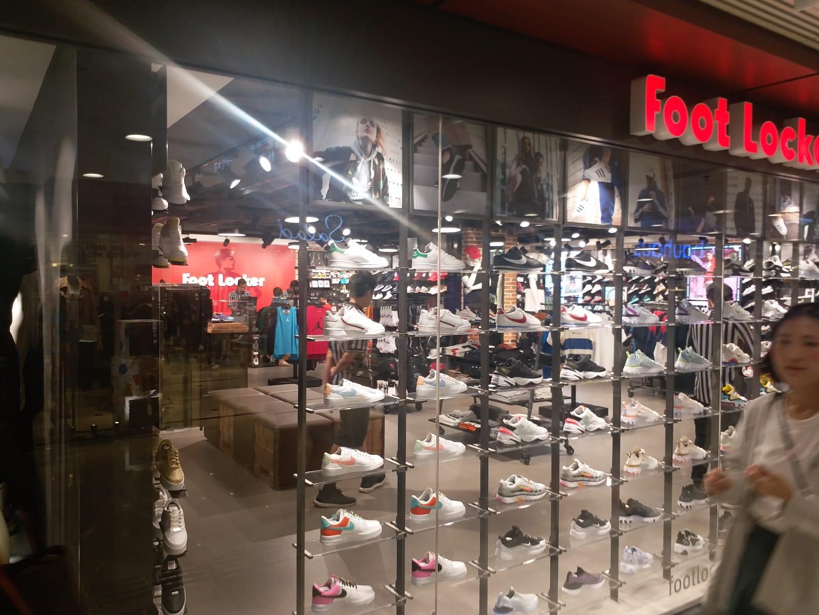 進入商鋪內購物的人士不多。