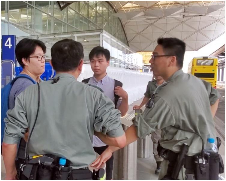 在禁制令下,未符合進入機場條件的人士被警方勸喻離去。