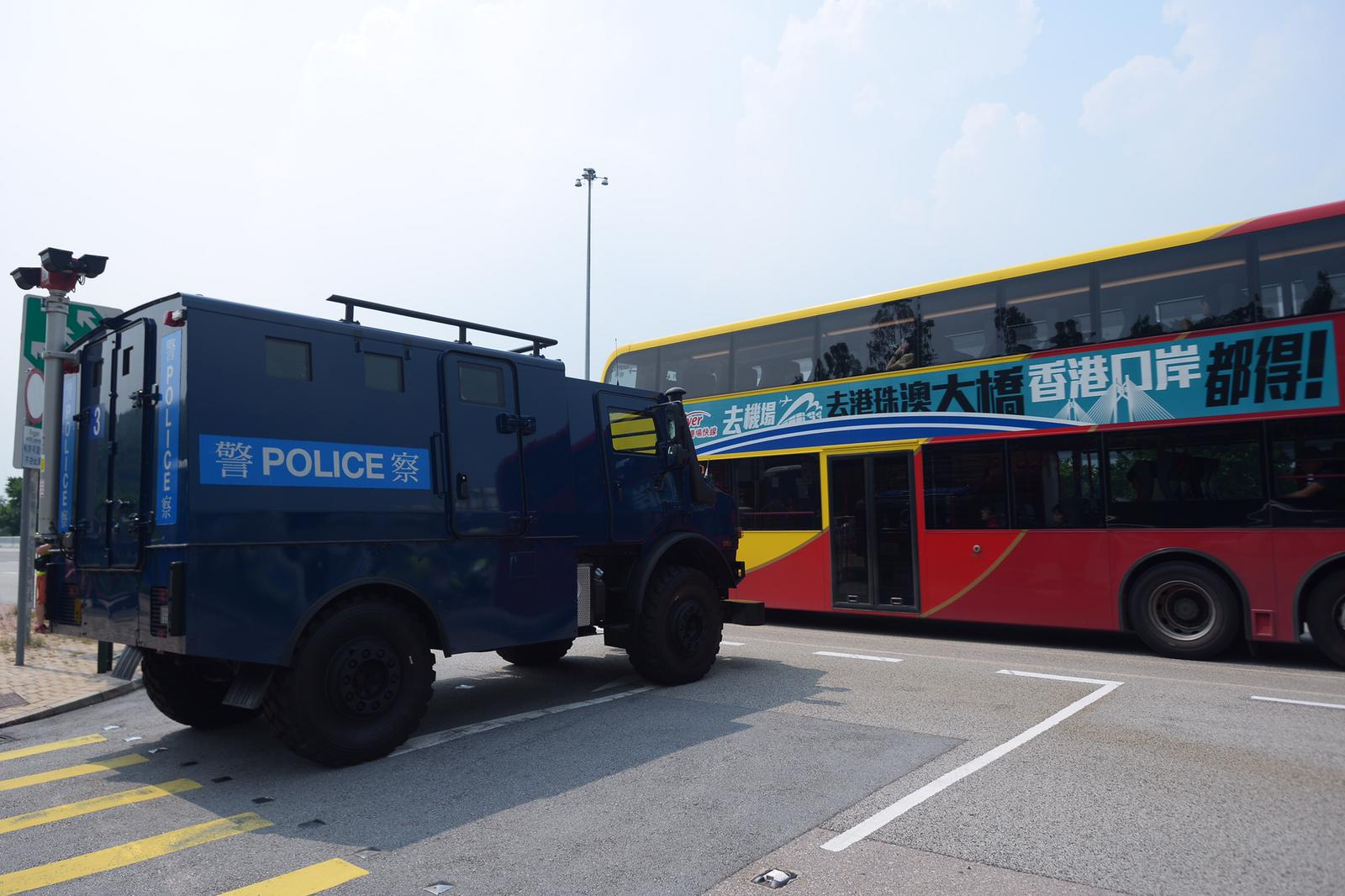 青馬收費廣場巴士站 有裝甲車。
