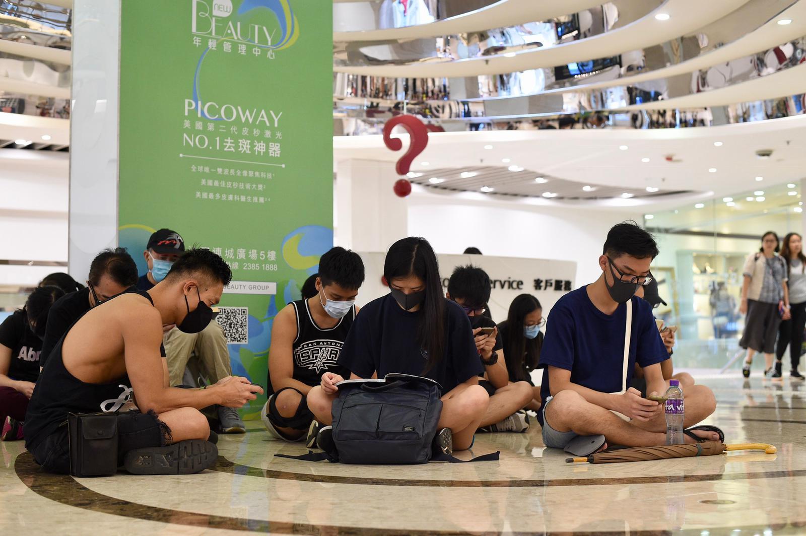 沙田連城廣場有20多人在場靜坐。