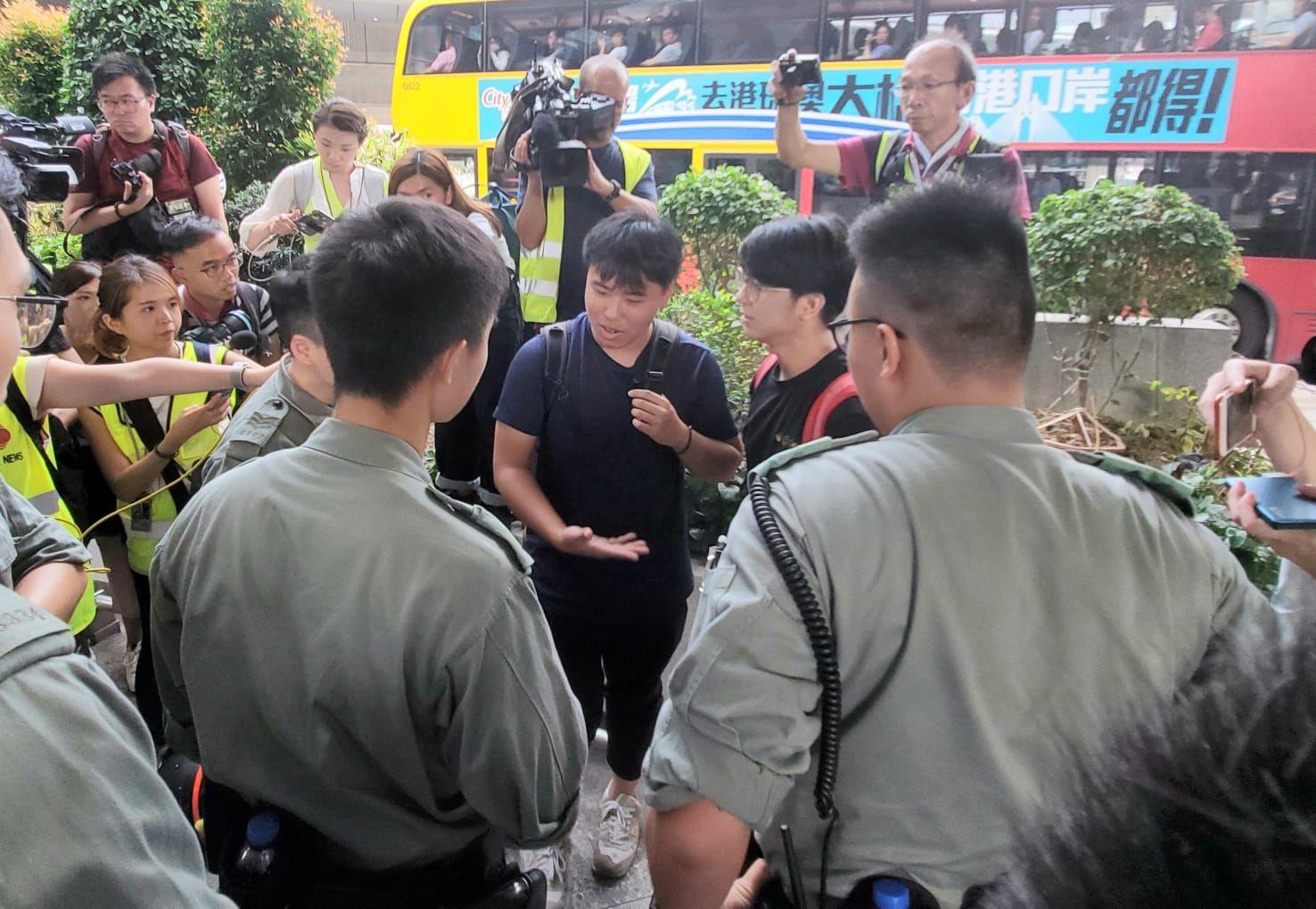 警方截查部份在場人士前來機場的目的。