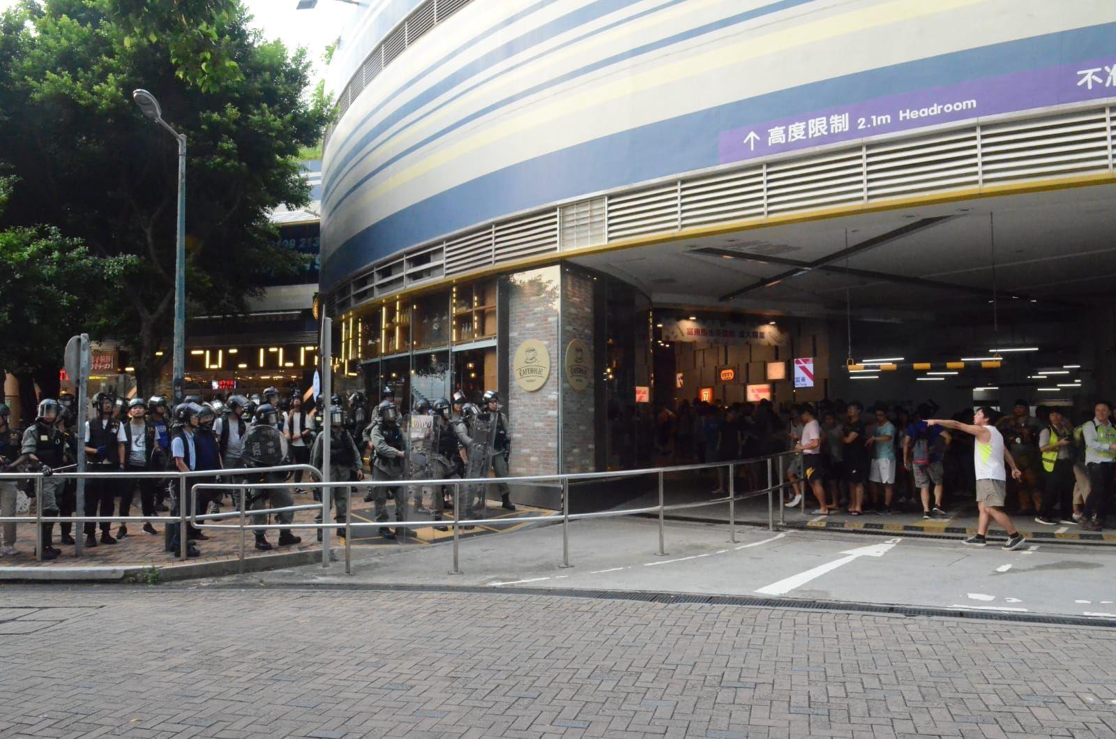 【修例風波】東涌站兩入口關閉 一少女疑被警棍打頭
