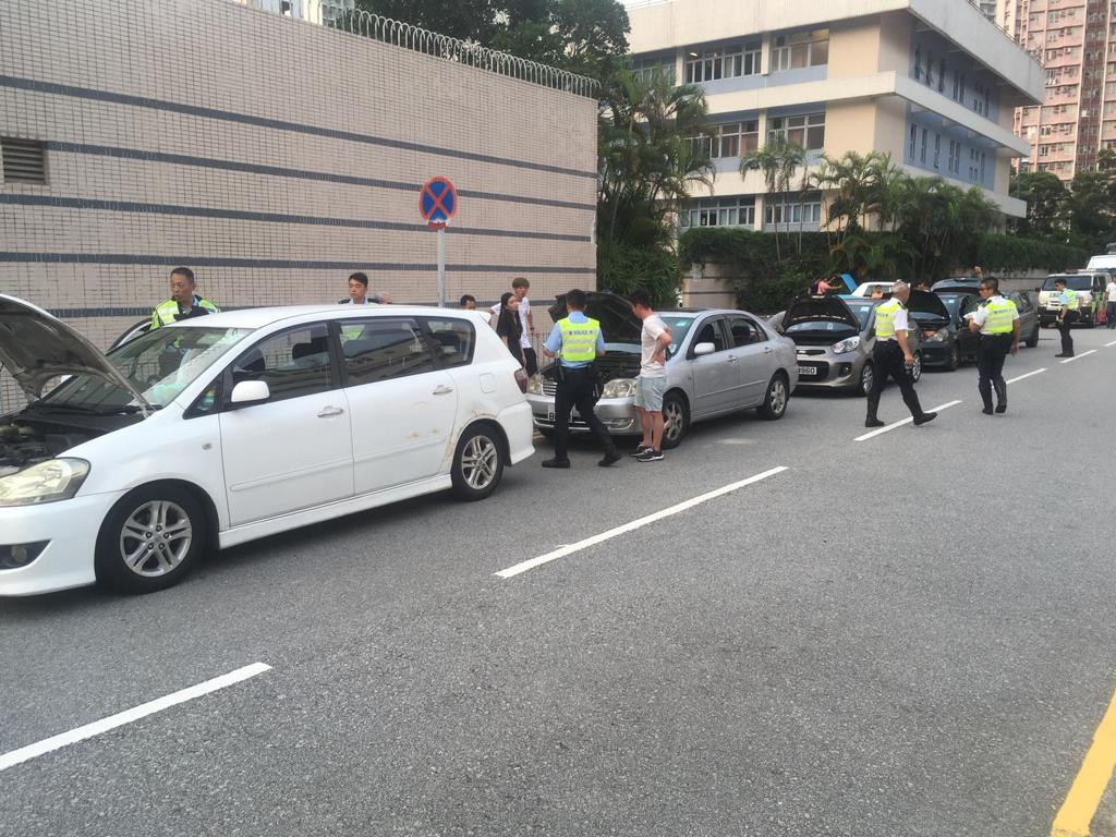 警方於行動中共截查22輛可疑私家車、6輛輕型貨車及一輛電單車。