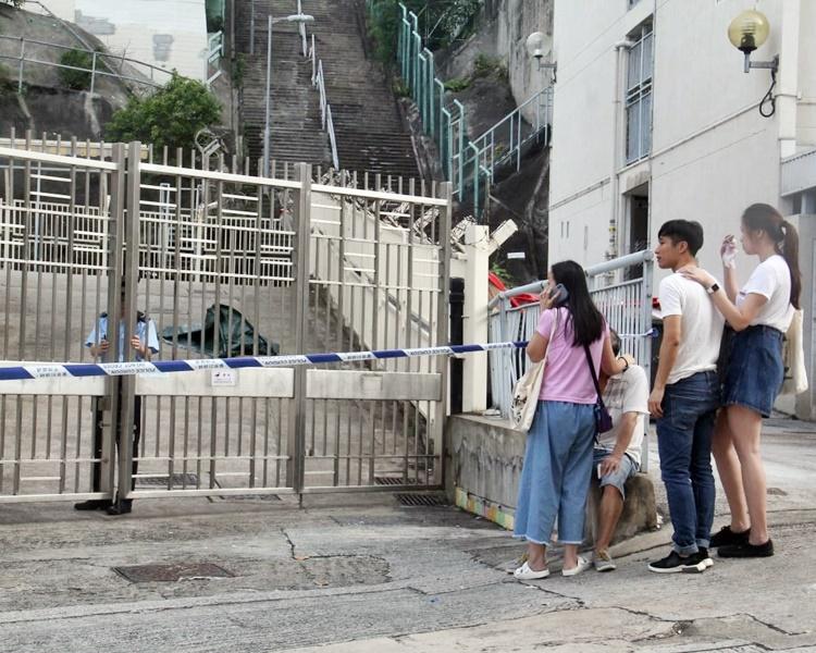 事主倒斃瀑布灣道一學校內,警方以帳篷遮蓋死者遺體。
