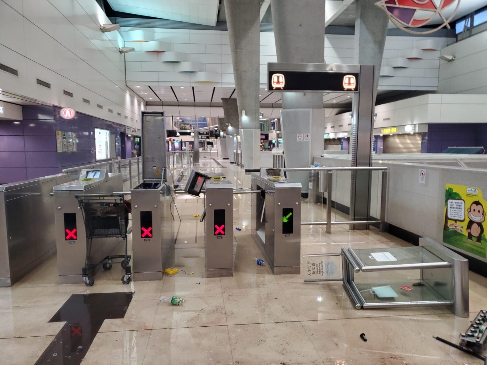 多個港鐵站的設施遭受破壞。