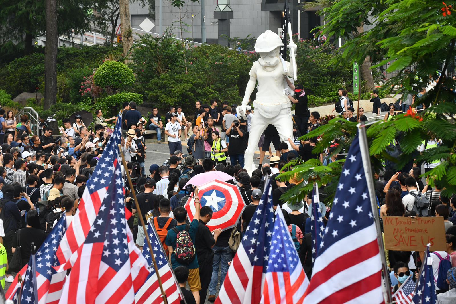 有「香港自治行動」成員指,攜美國旗遊行旨在引起國際關注。