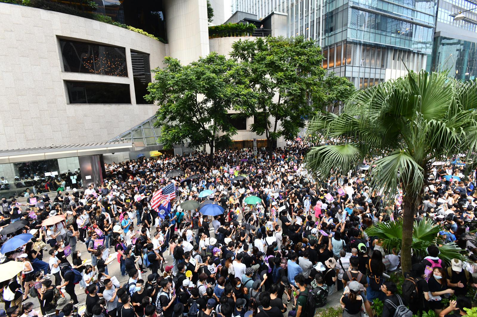 因應示威集會,中環多路阻塞交通受影響。