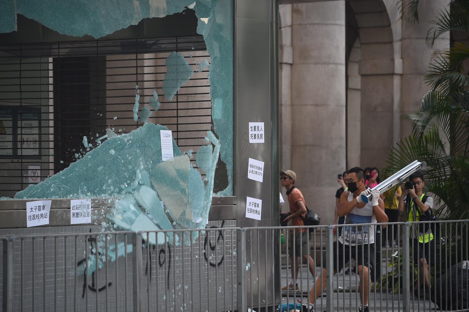 有示威者破壞中環站設施。