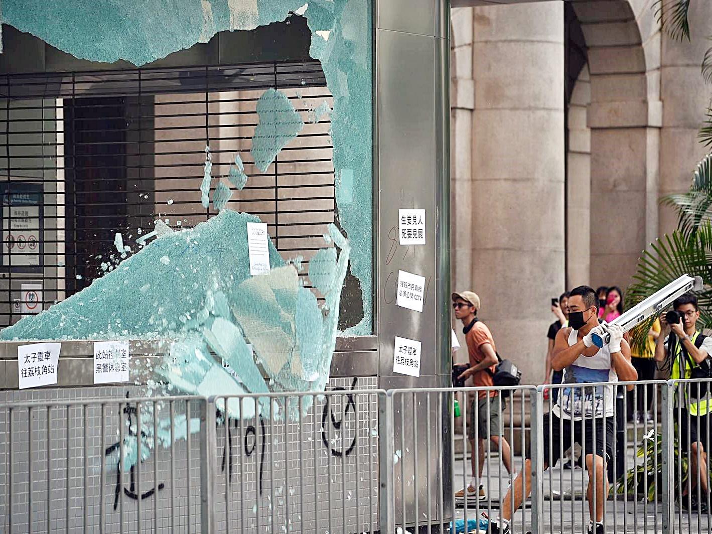 有示威者打爆港鐵車站玻璃。
