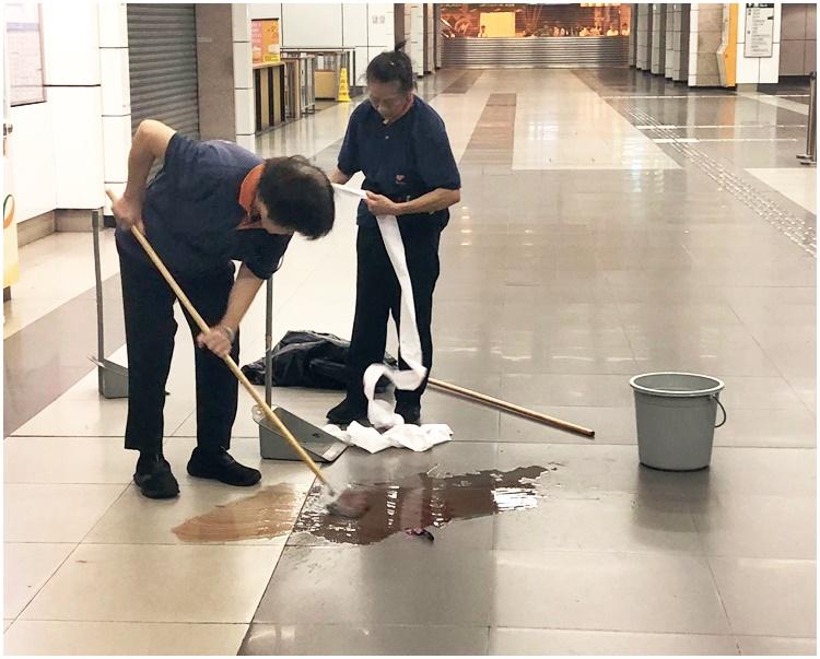 前日事發後,工作人員在大埔墟站清洗血跡。資料圖片
