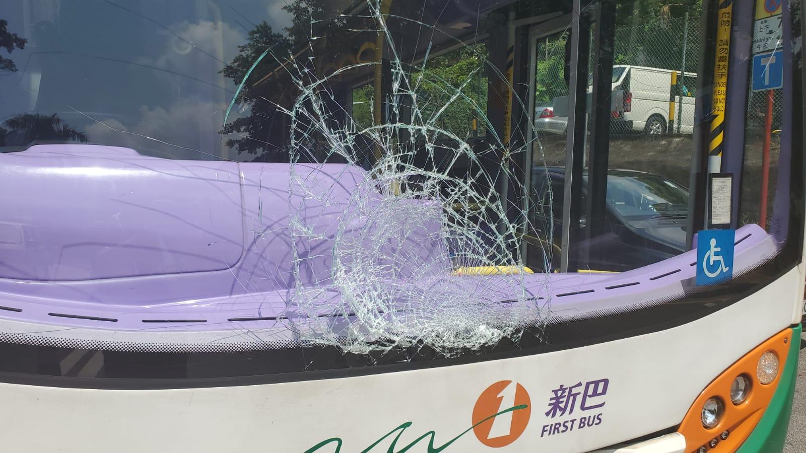 巴士擋風玻璃爆裂。 楊偉亨攝