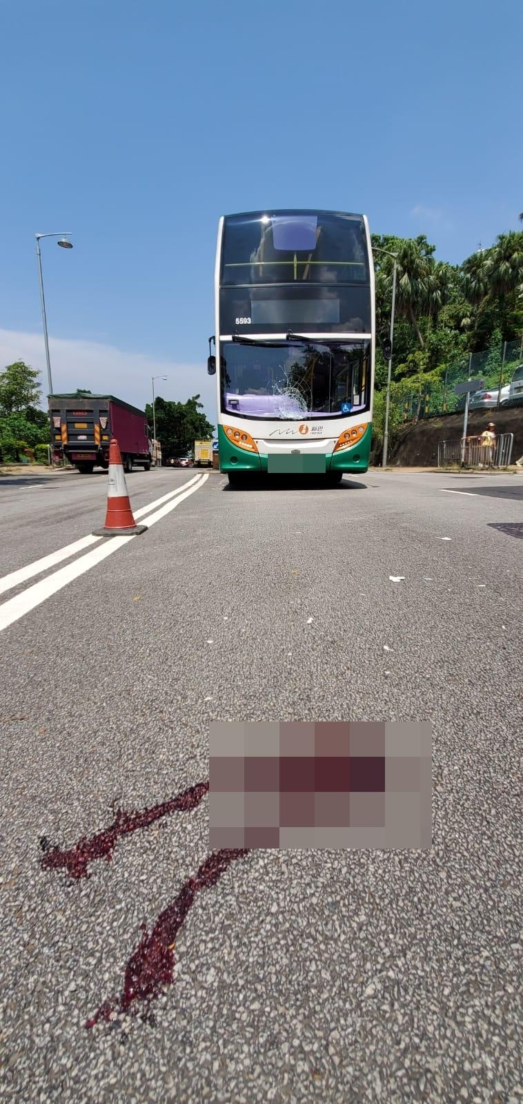女子被新巴撞飛,地上留下血迹。 楊偉亨攝
