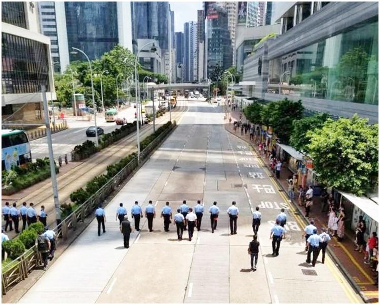 警員在行車線上一字排開。fb「香港突發事故報料區」Tony Tam圖片