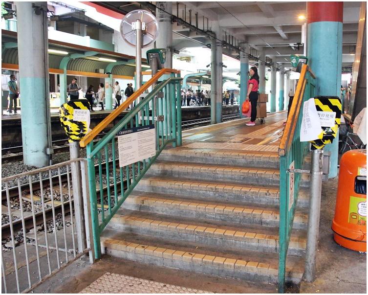 有輕鐵站設施遭破壞。資料圖片