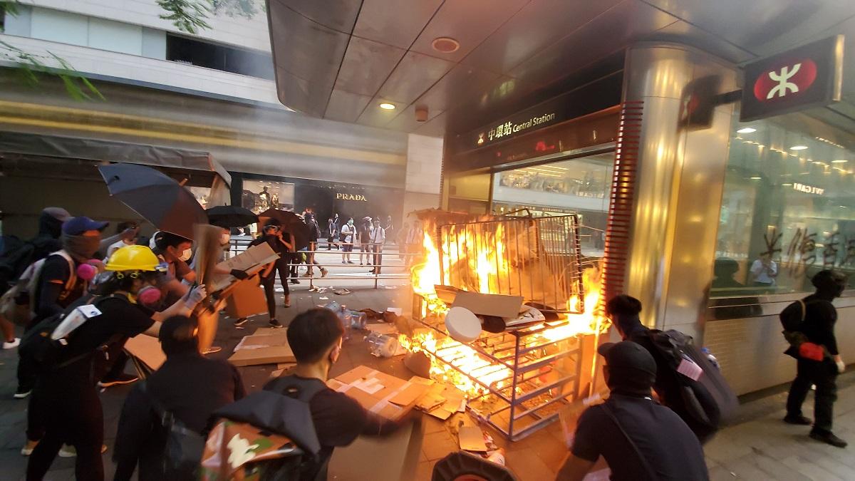 示威者昨日在中環站縱火。資料圖片