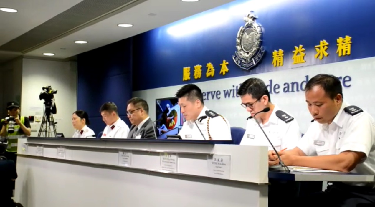 警方指,在場採訪的記者,甚至零距離採訪、包圍警員疑犯。
