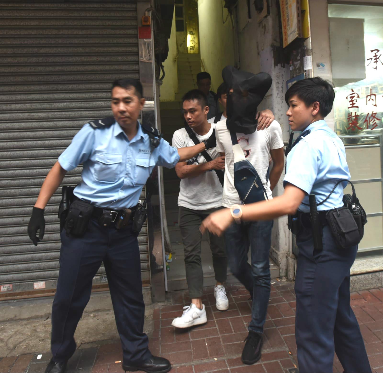 警方帶走兩名涉案男子