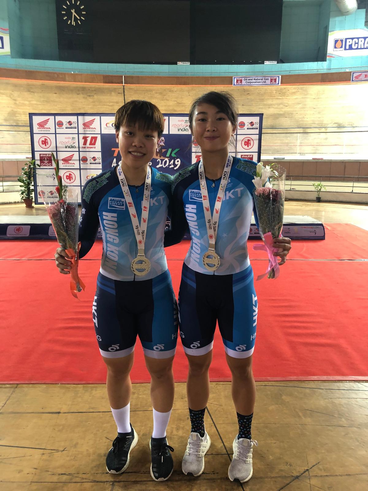 香港小將楊礎瑤(右)及李燕燕(左)在首天賽事贏得女子精英隊制爭先賽銀牌。 相片由單車總會提供