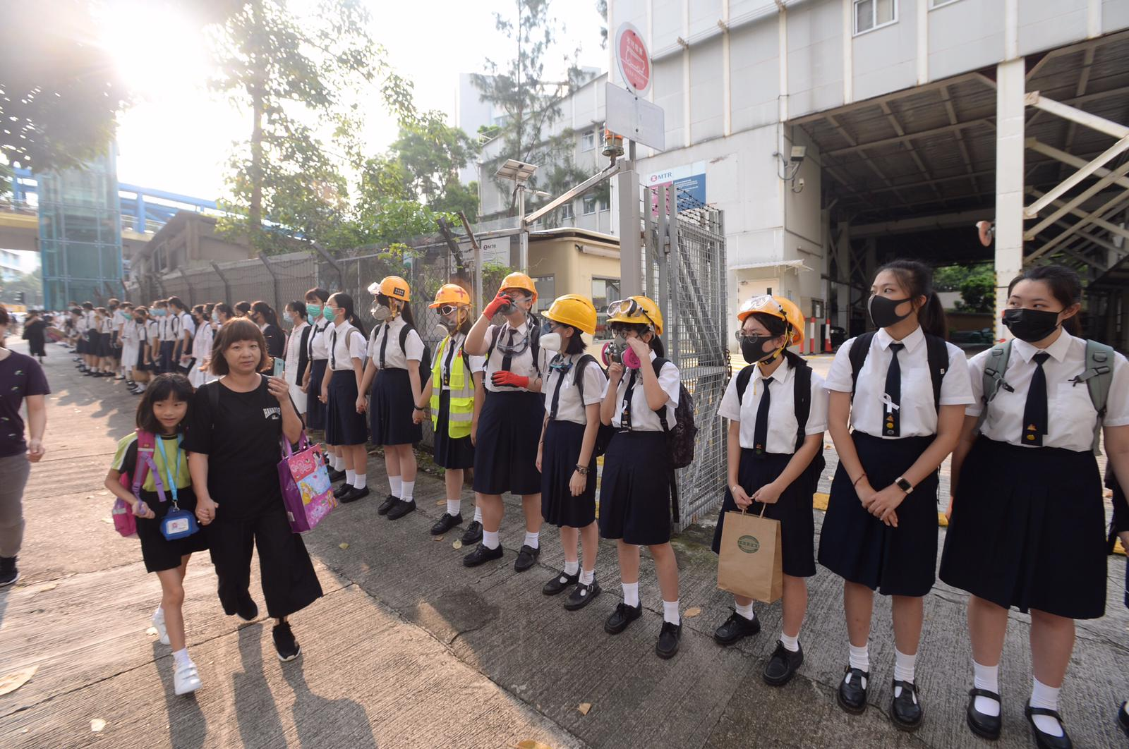 教育局發言人表示校外人鏈活動近日的發展開始令人憂慮。