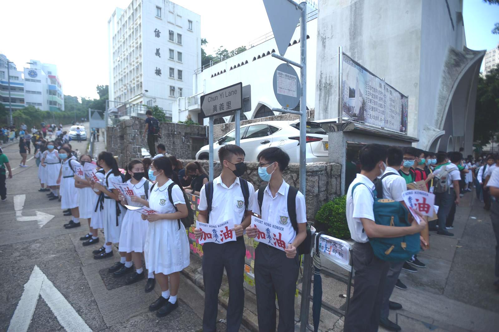有學生組成人鏈抗議。