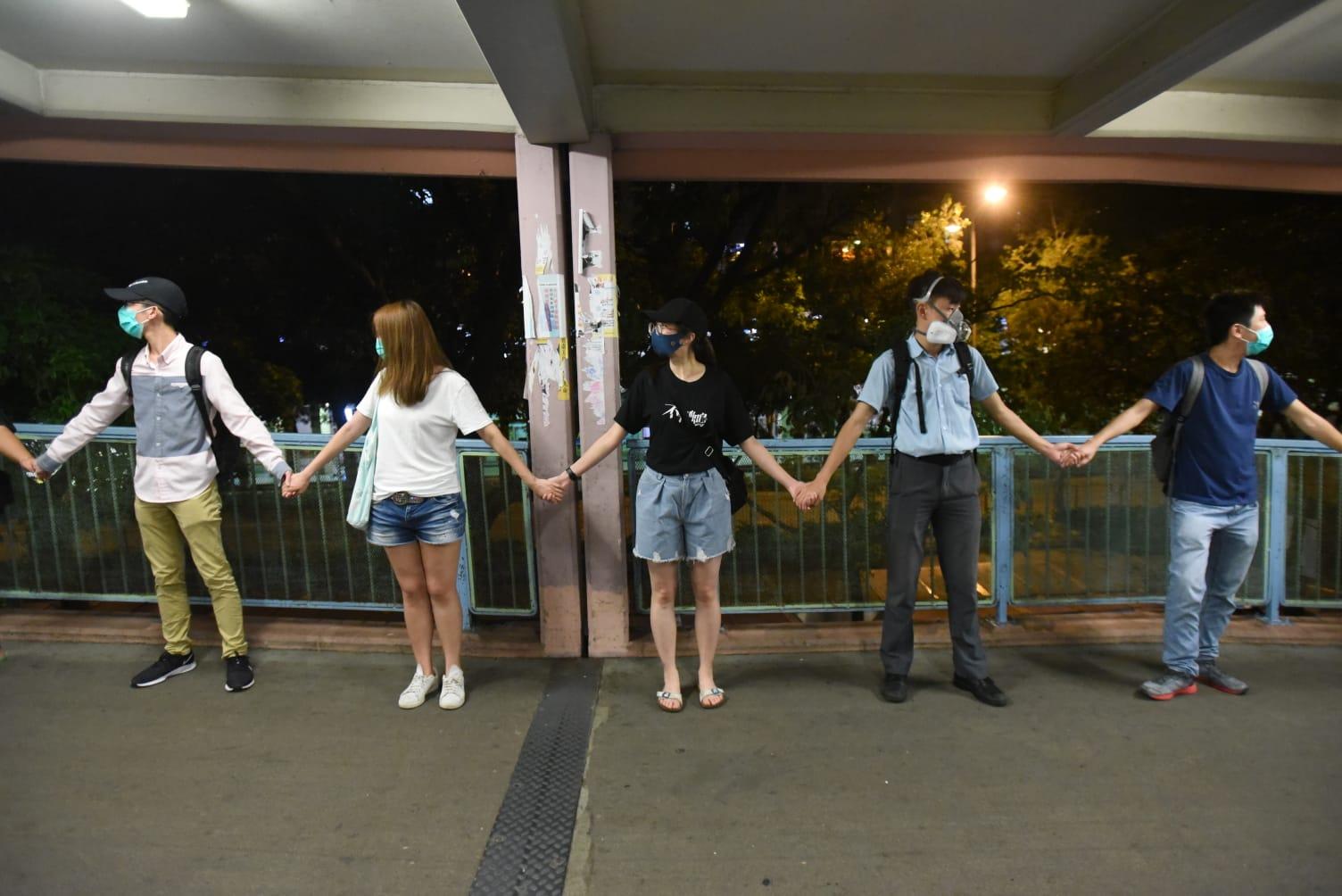 有學生身穿校服組成人鏈抗議。