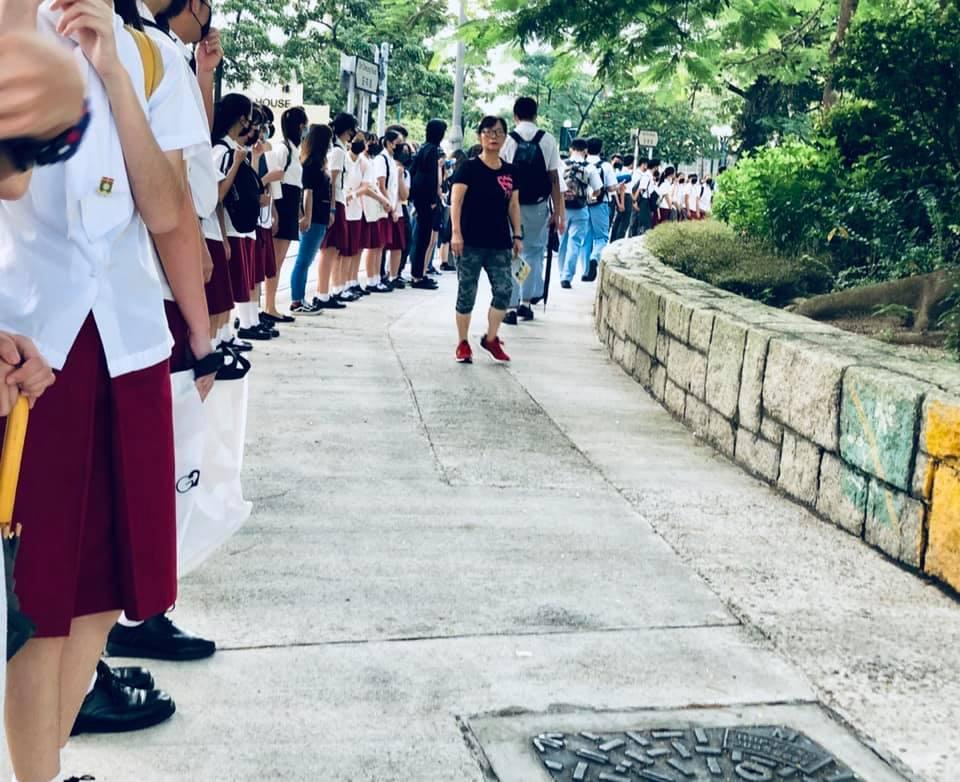 大元邨三間中學外築起人鏈。Condy Hhui圖片