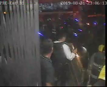太子站 時序6)晚上11時06分,首批消防員由B1出入口進入太子站。 港鐵提供
