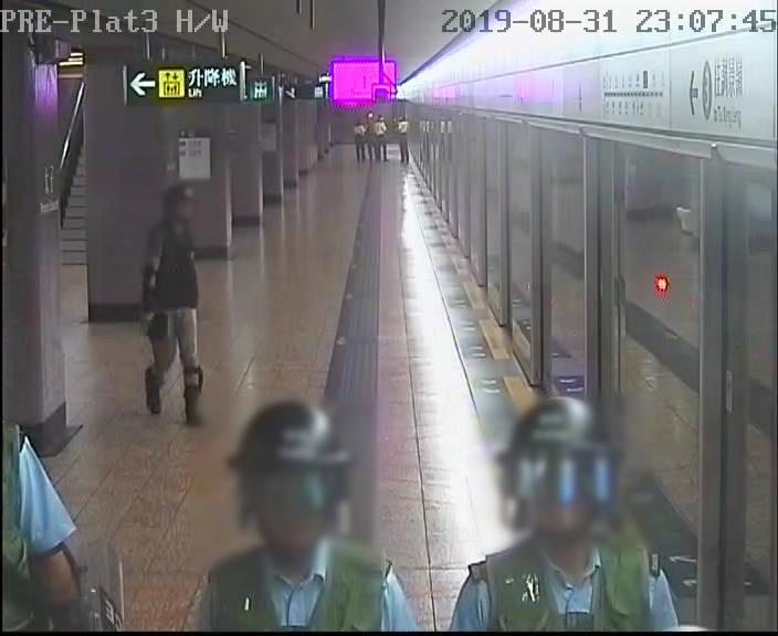 太子站 時序7)晚上11時07分,3號月台(觀塘綫往調景嶺方向)列車駛離太子站前往石硤尾站。 港鐵提供